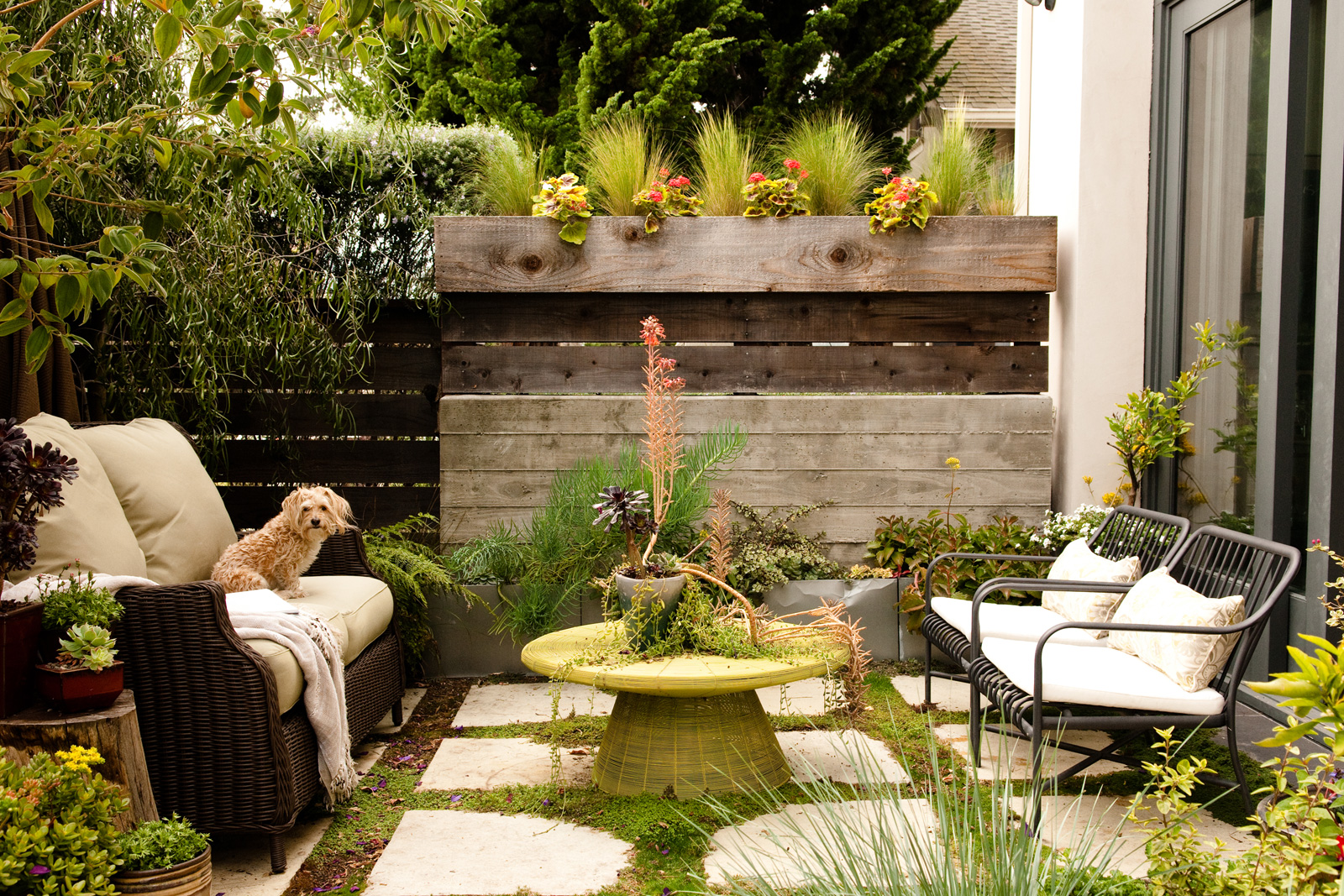 small backyard ideas how to make a small space look bigger