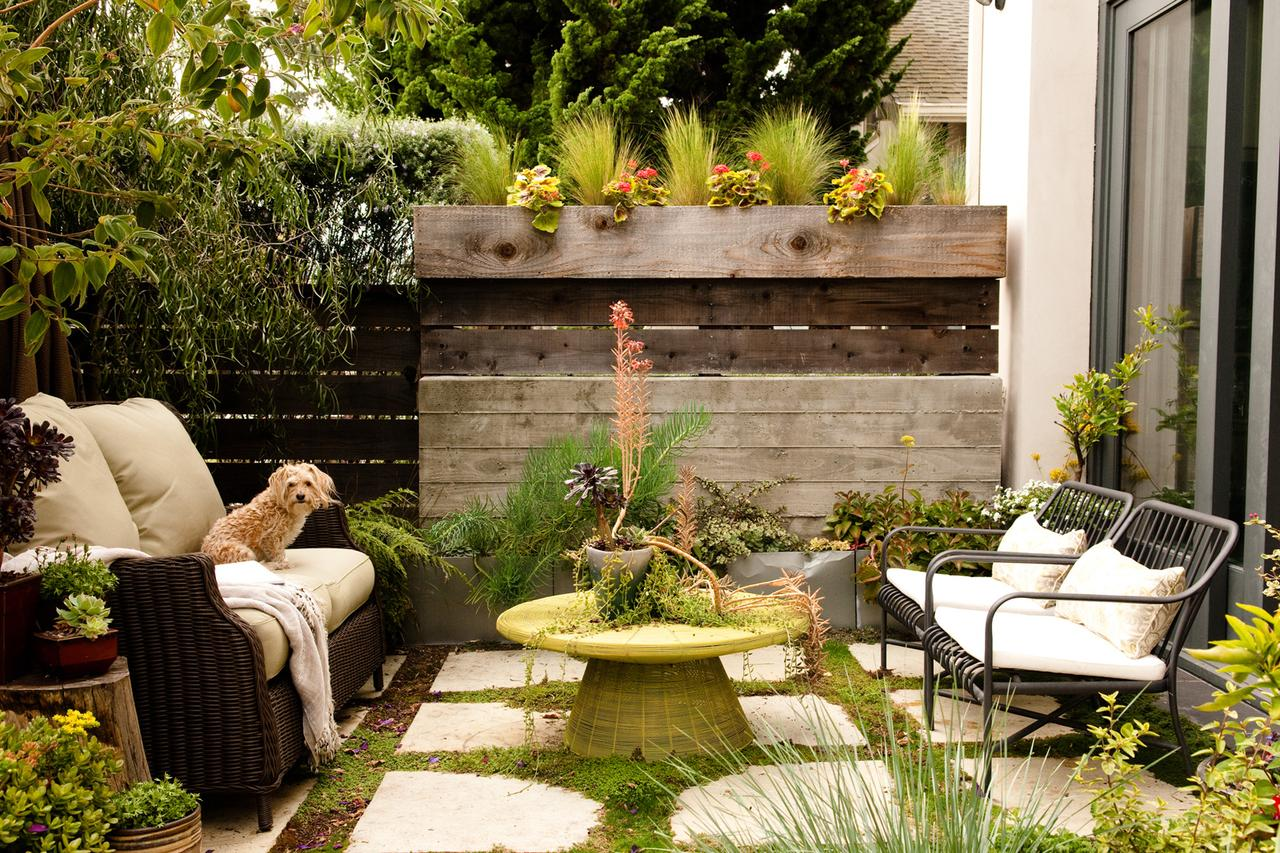Small backyard ideas how to make a small space look bigger for Small outdoor decorating ideas