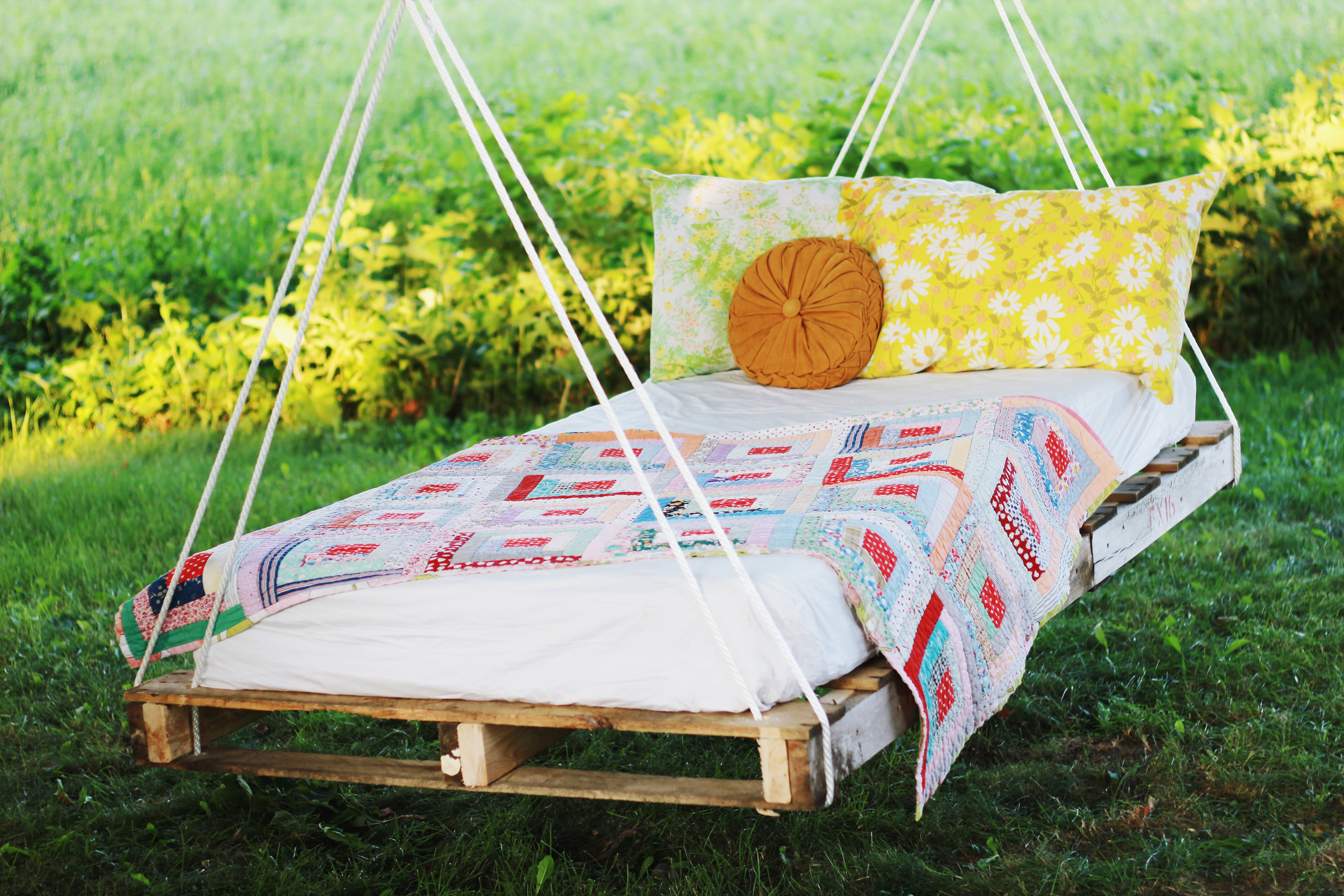 An outdoor bed pallet swing