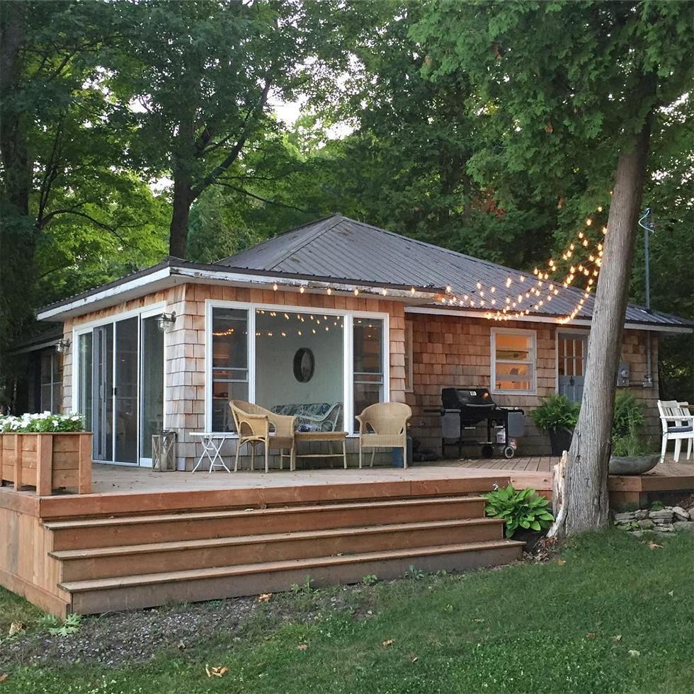 Pont arrière avec grill, chaises de maison de chalet en bois en été