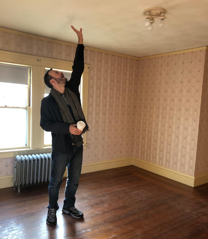 Grand homme atteignant le plafond et n'atteignant pas |  Maison idéale