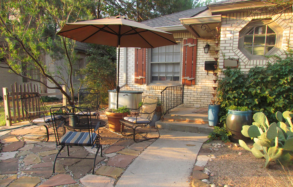 Hardscape ideas for front yards houselogic landscaping tips for Small front yard patio ideas
