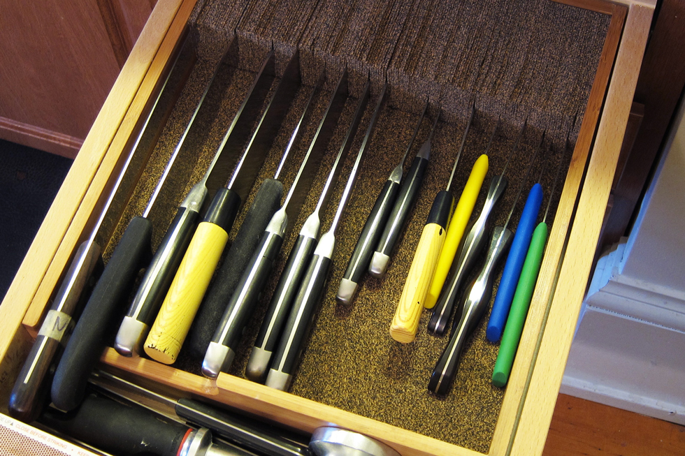 Knife dock in a drawer with knives