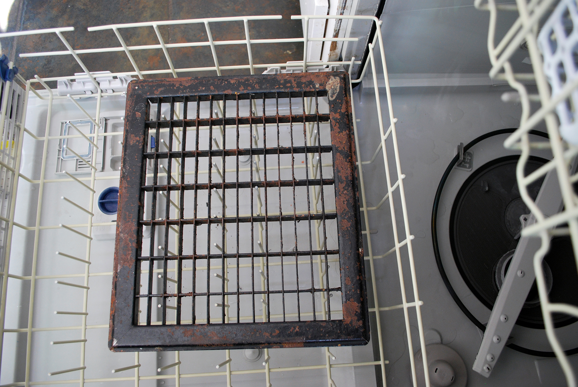 Cleaning floor vents in the dishwasher