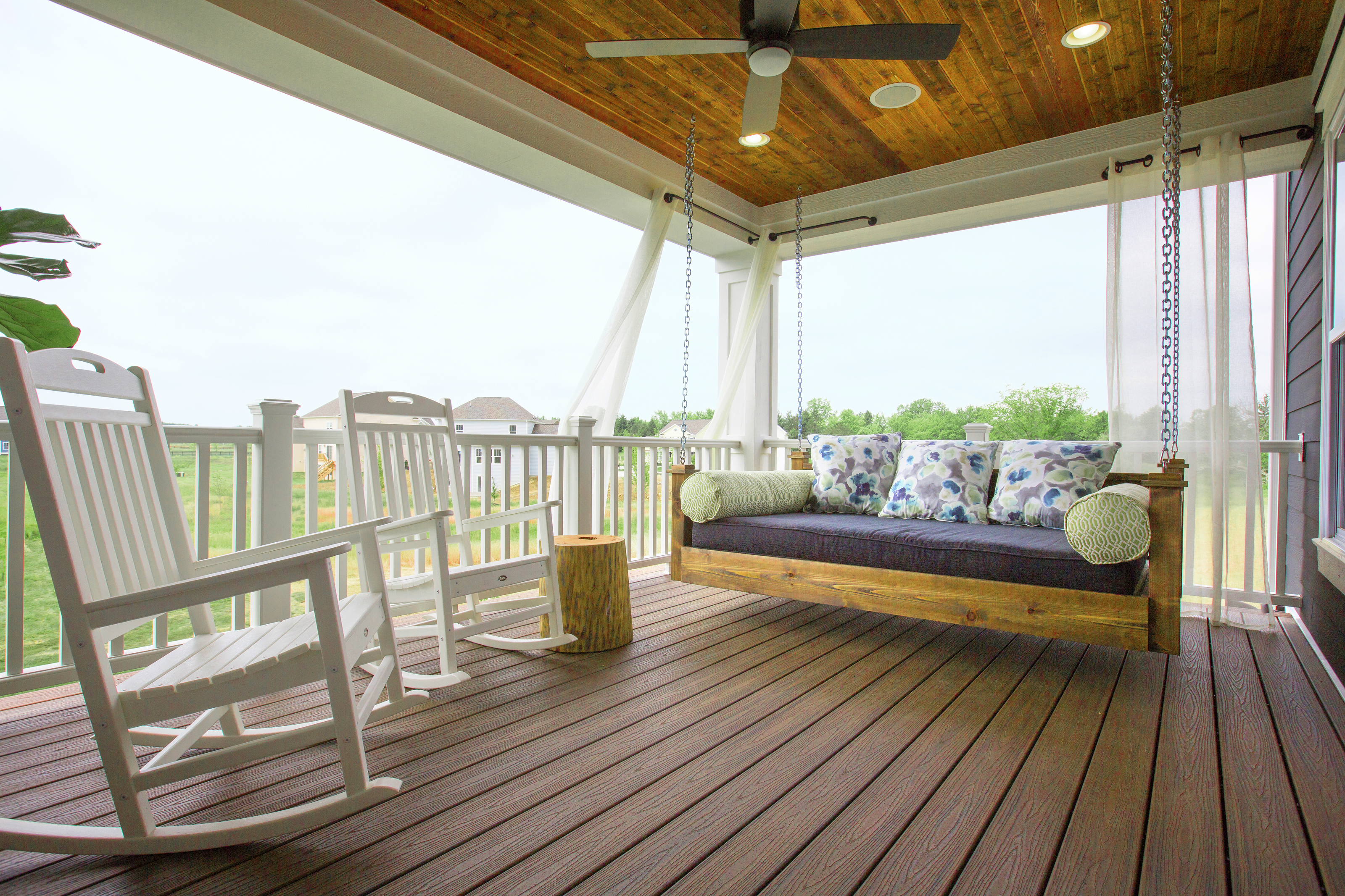 Low-maintenance composite decking