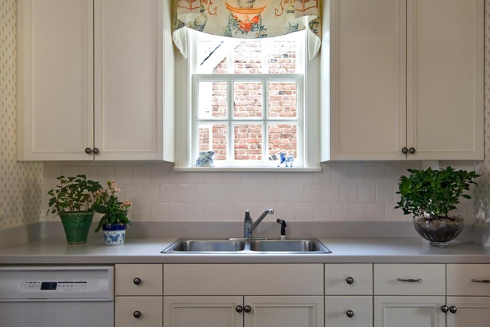 Replace or Reface Your Kitchen Cabinets: The Options and Costs
