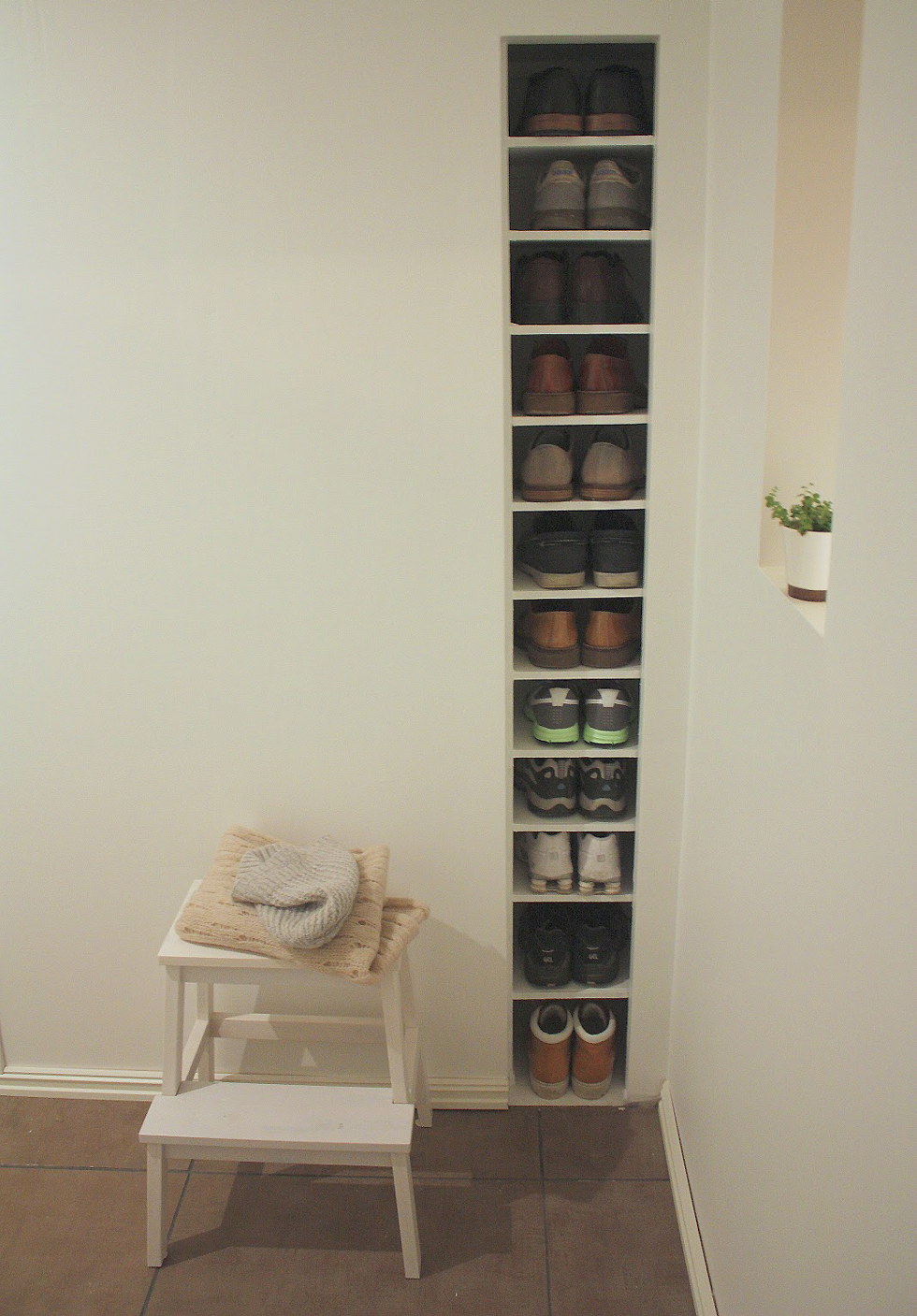 Built-in shelf storage in a wall