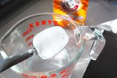Making a baking soda solution to clean a microwave